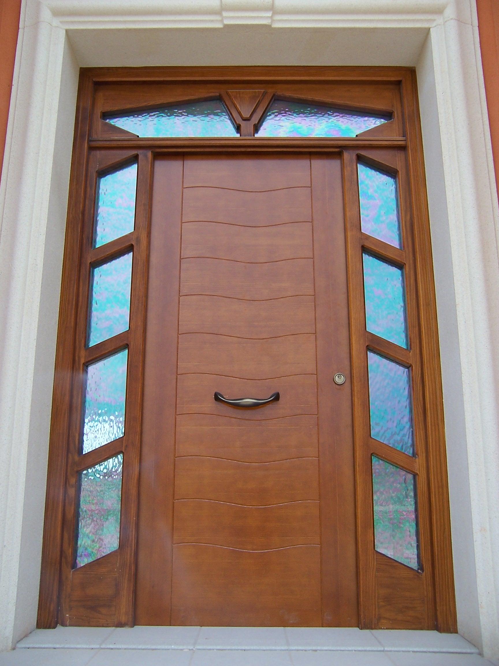 Puerta de entrada en pino tea tintado color nogal - Puertas color pino ...